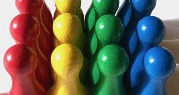 Spielfiguren für Ludo aus Holz im Set - 4x4 oder 6x4 Halmakegel + 1 Würfel, verschiedene Formen und Größen