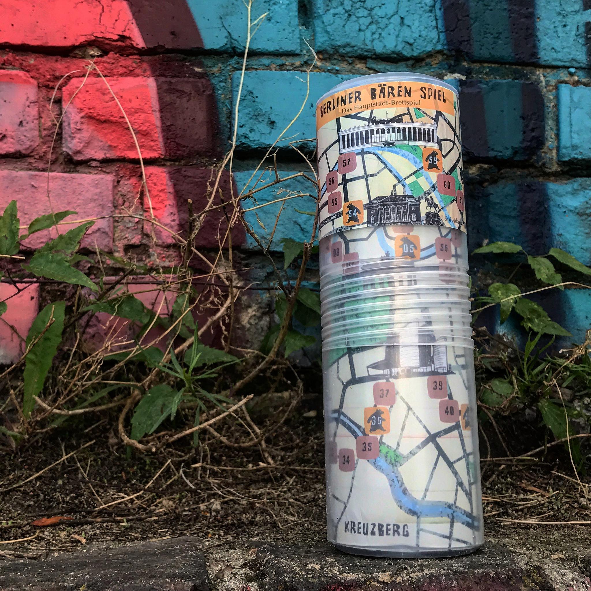 berliner bärenspiel vor berliner graffitti mauer